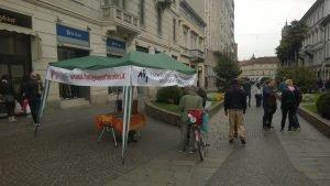 Il nostro Gazebo a Monza con alcuni militanti che parlano coi passanti